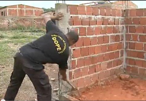 AGEFIS derruba casas em condominio irregular na Colônia Agrícola do Riacho Fundo
